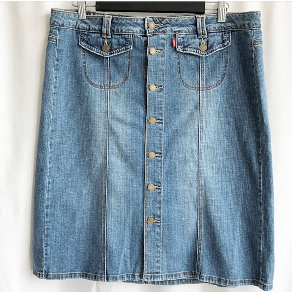 Levi's Dresses & Skirts - Levi's button up skirt with front pockets
